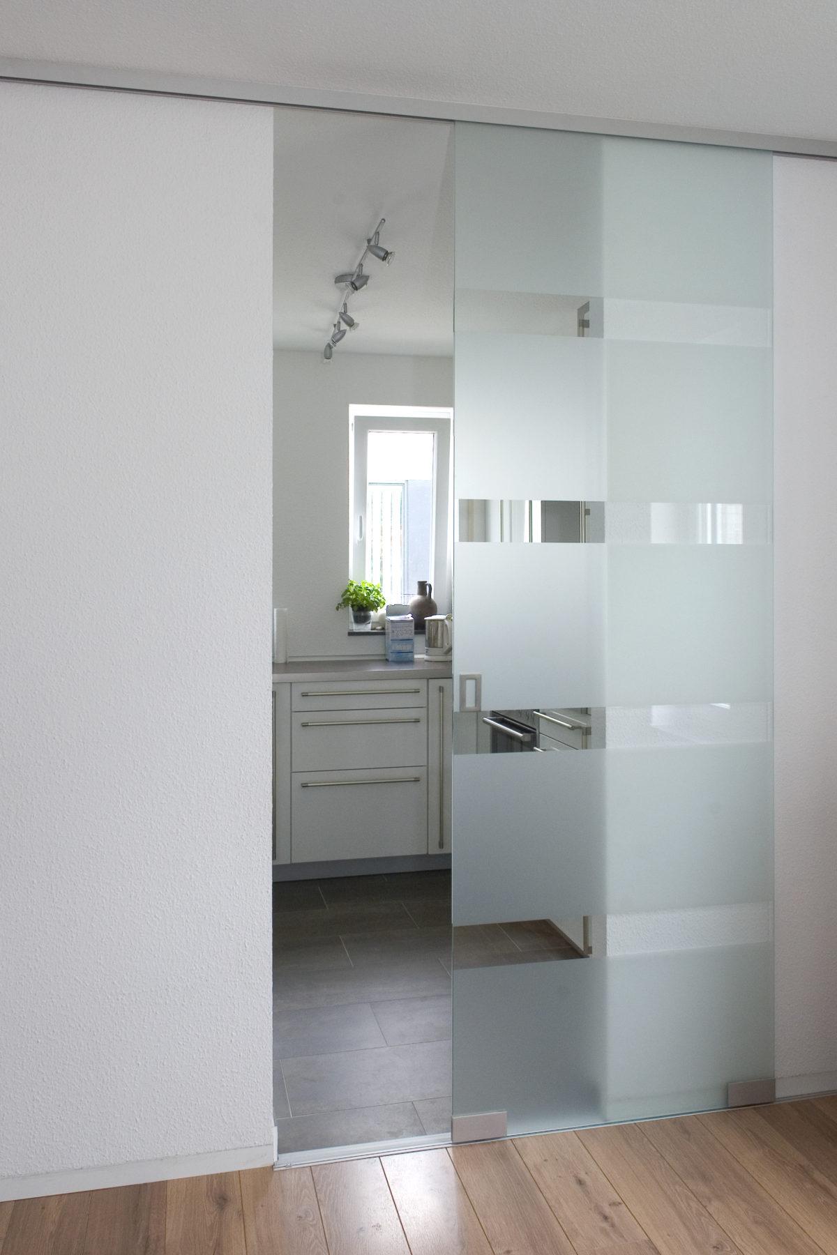 Ganzglasschiebetüre in tollem Glasdesign mit satinierten Blockstreifen