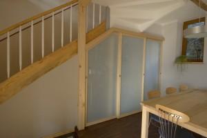 begehbarer Kleiderschrank unter der Treppe