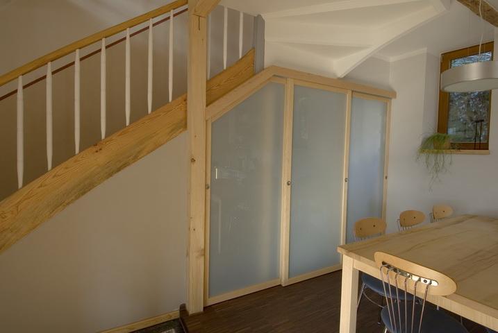 schreiner aus sulzbach baut begehbaren kleiderschrank unter die treppe. Black Bedroom Furniture Sets. Home Design Ideas