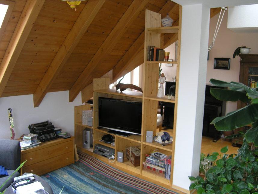 Regal unter der Dachschräge für TV in Fichte - gemütlich Wohnen