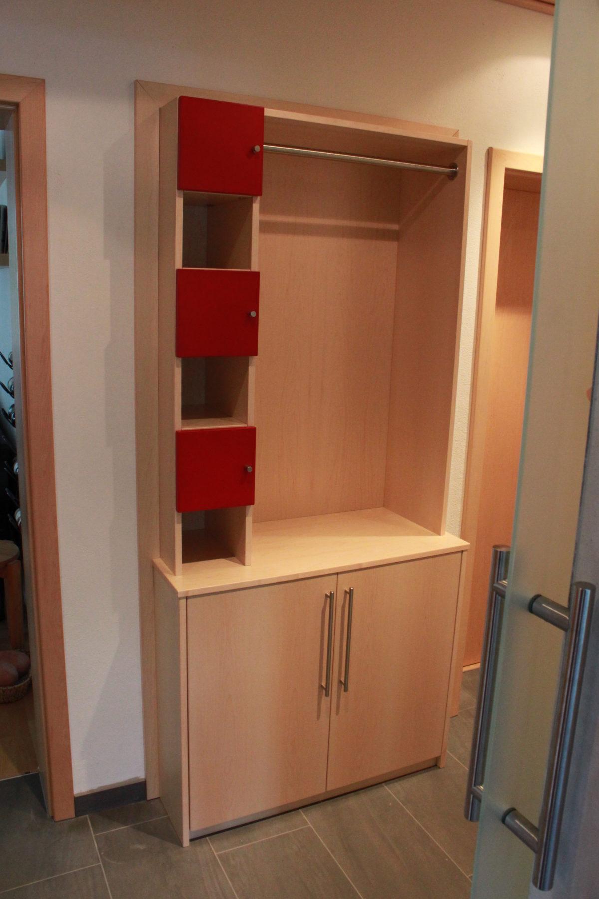 Garderobe in vorhandenen Türrahmen eingebaut