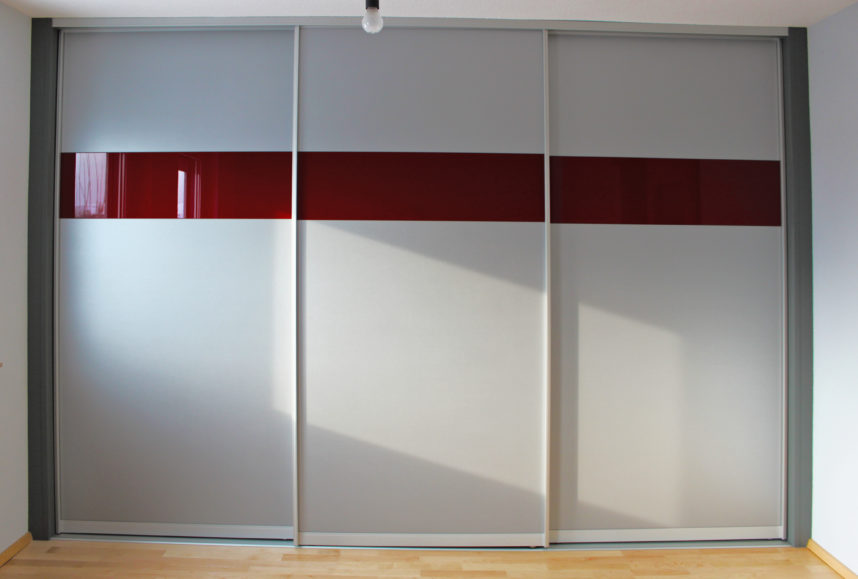 silber und roter schiebet renschrank mit viel stauraum vom. Black Bedroom Furniture Sets. Home Design Ideas
