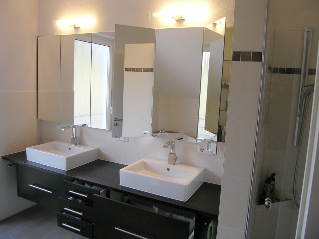 Modernes mocca eicheholzbadm bel vom schreiner aus sulzbach for Moderner spiegelschrank bad