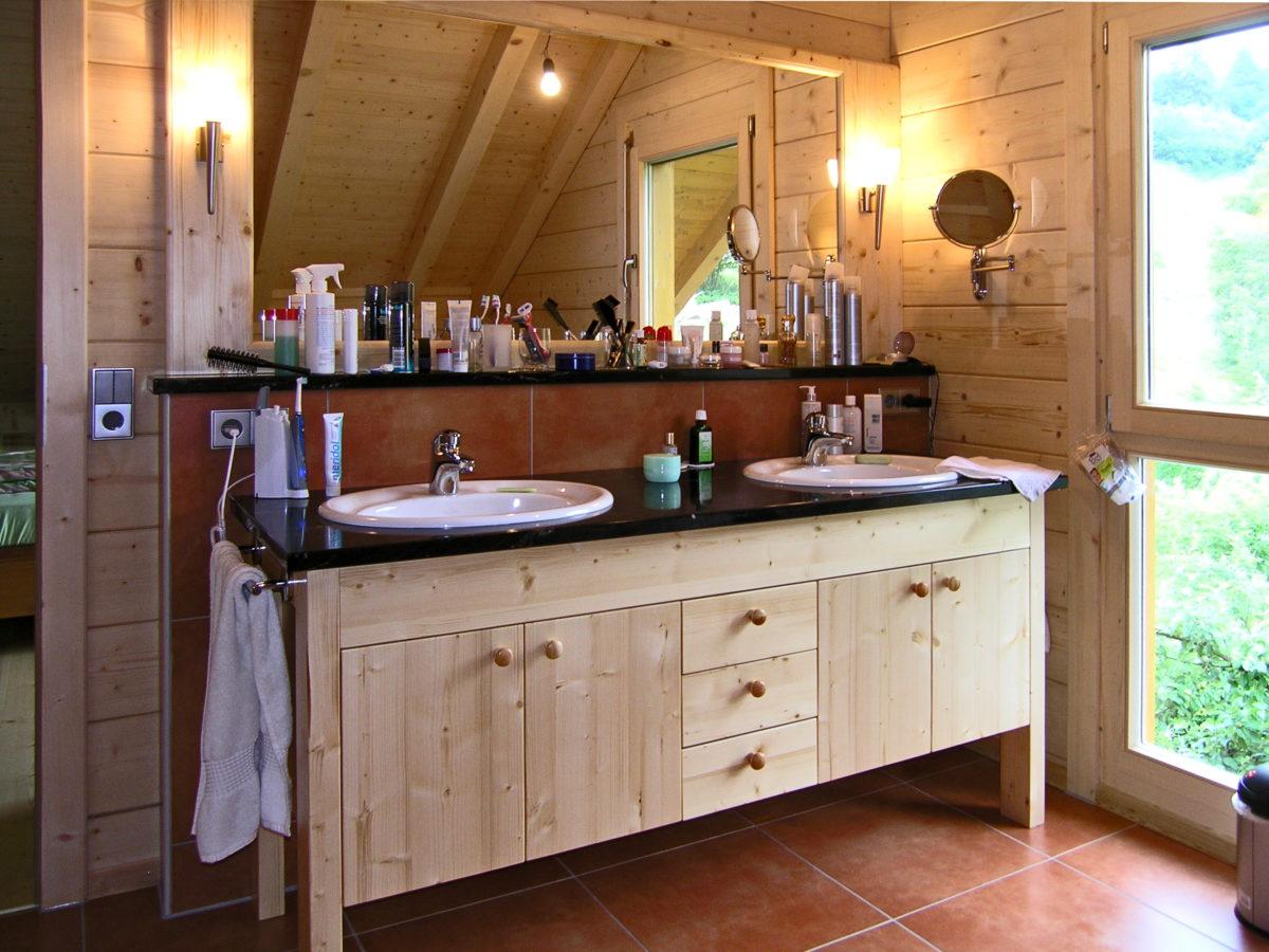 Nostalgischer Waschtisch im Bad eines Holzhauses