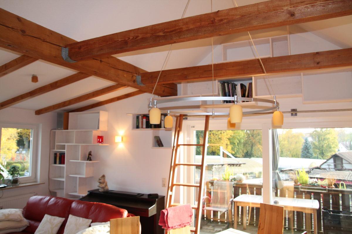 kreatives Bücherregal unterm Dach