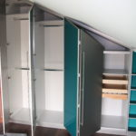 Dachschrägenschrank mit Falttüren passend zur Wandfarbe in türkis