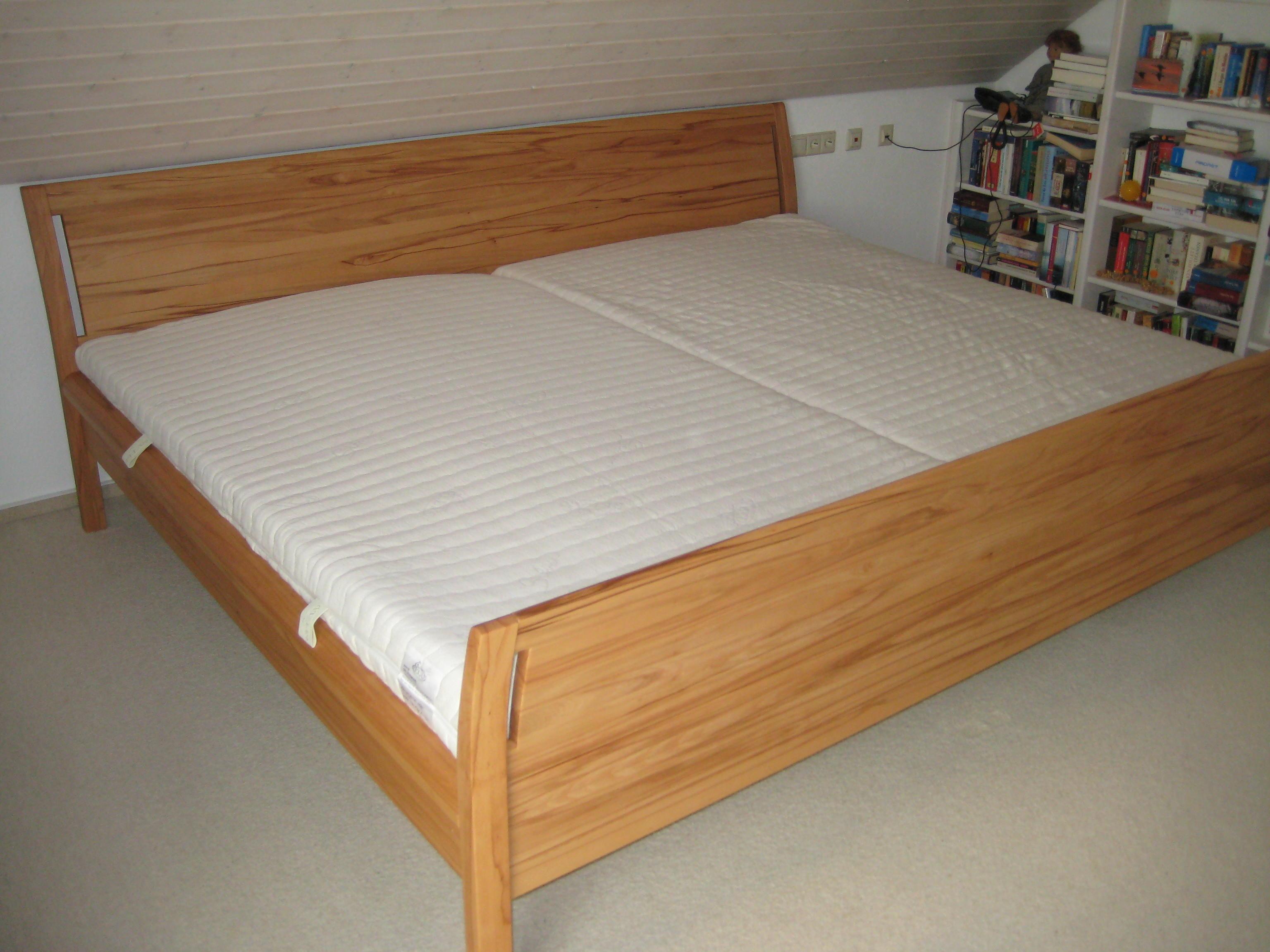 bett mit hohem fussteil von schreinerei burkhardt bei. Black Bedroom Furniture Sets. Home Design Ideas