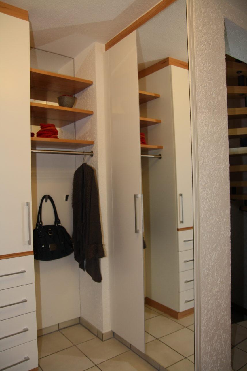 geräumiger Garderobenschrank mit viel Stauraum