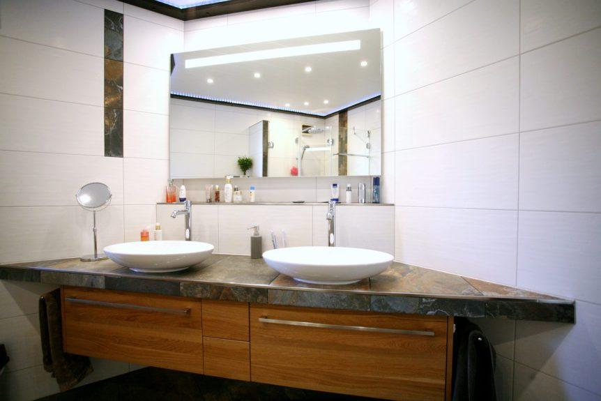 Badumbau mit großem Waschtisch und beleuchtetem Spiegel