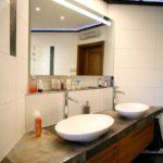 Badumbau mit großem Spiegel