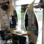 große geschwungene Spiegel im Friseursalon von Miriam Erne