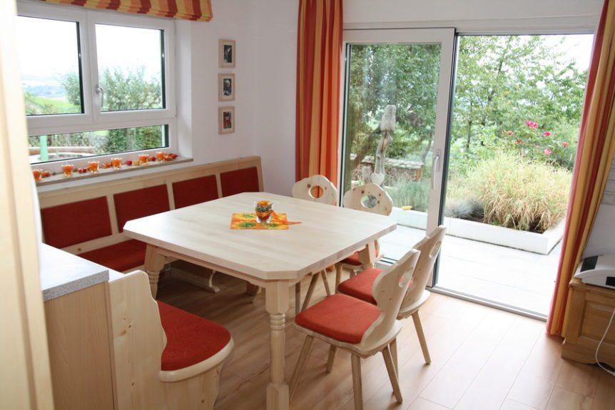 eckbank mit tisch und st hlen im landhausstil. Black Bedroom Furniture Sets. Home Design Ideas