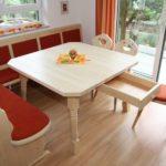 Eckbank mit Tisch und integrierter Schublade