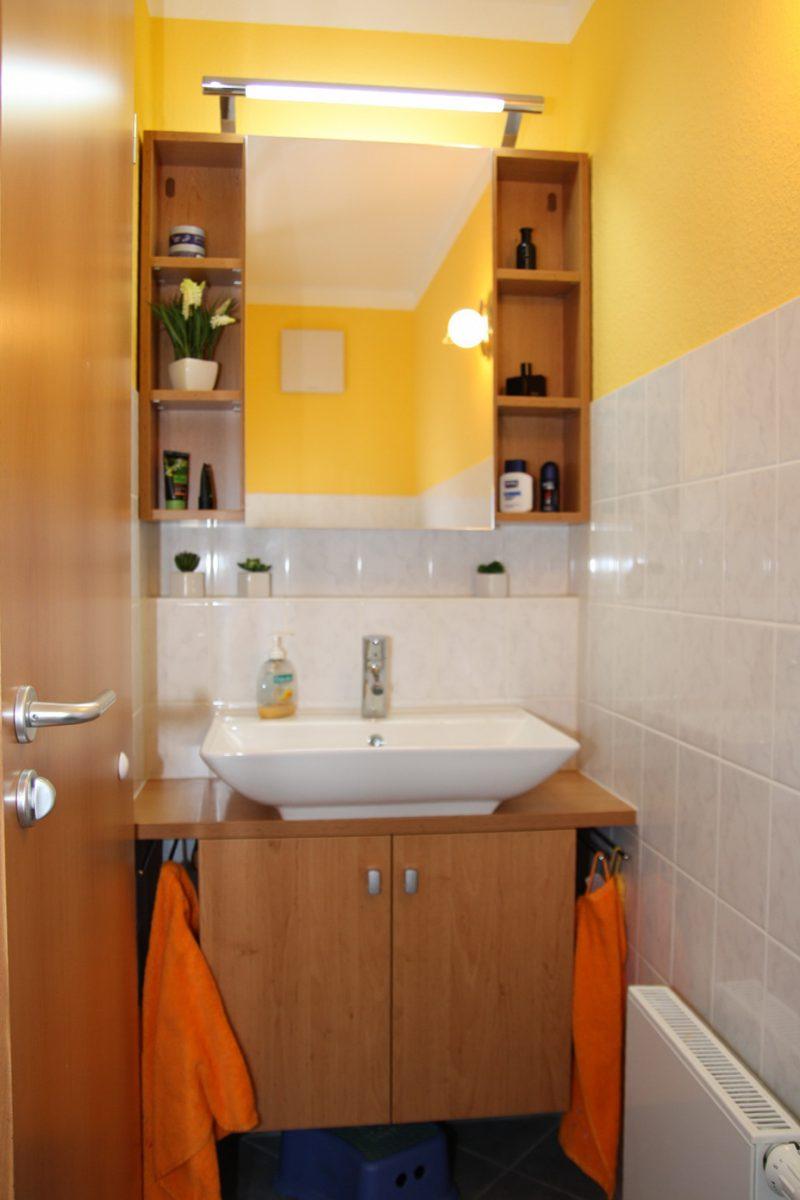 Badmöbel im schmalen Gäste WC