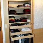 Hosenauszug, Schubladen und Fachböden sorgen für Ordnung in einem Schiebetürenschrank