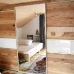 Schiebetürenschrank unter der Dachschräge mit Eiche und weiß und großer Spiegeltüre