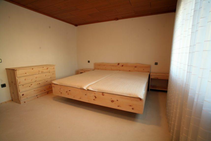 zirbenbett mit naturkanten von der schreinerei burkhardt. Black Bedroom Furniture Sets. Home Design Ideas
