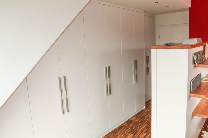 Dachschrägenschrank mit Falttüren in weiß und Eiche
