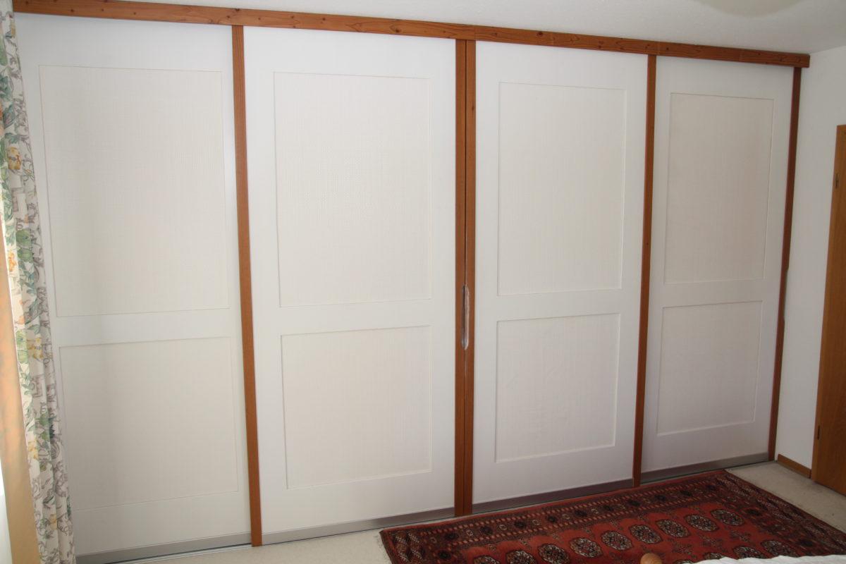 Schiebetürenschrank im Landhausstil weiß und dunkles Holz - wie im Urlaub