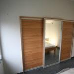 begehbarer Kleiderschrank auf beiden Seiten der Kernbuche Schiebetüren in Nische