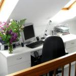 weißer Schreibtisch unter einer Dachschräge als Buero