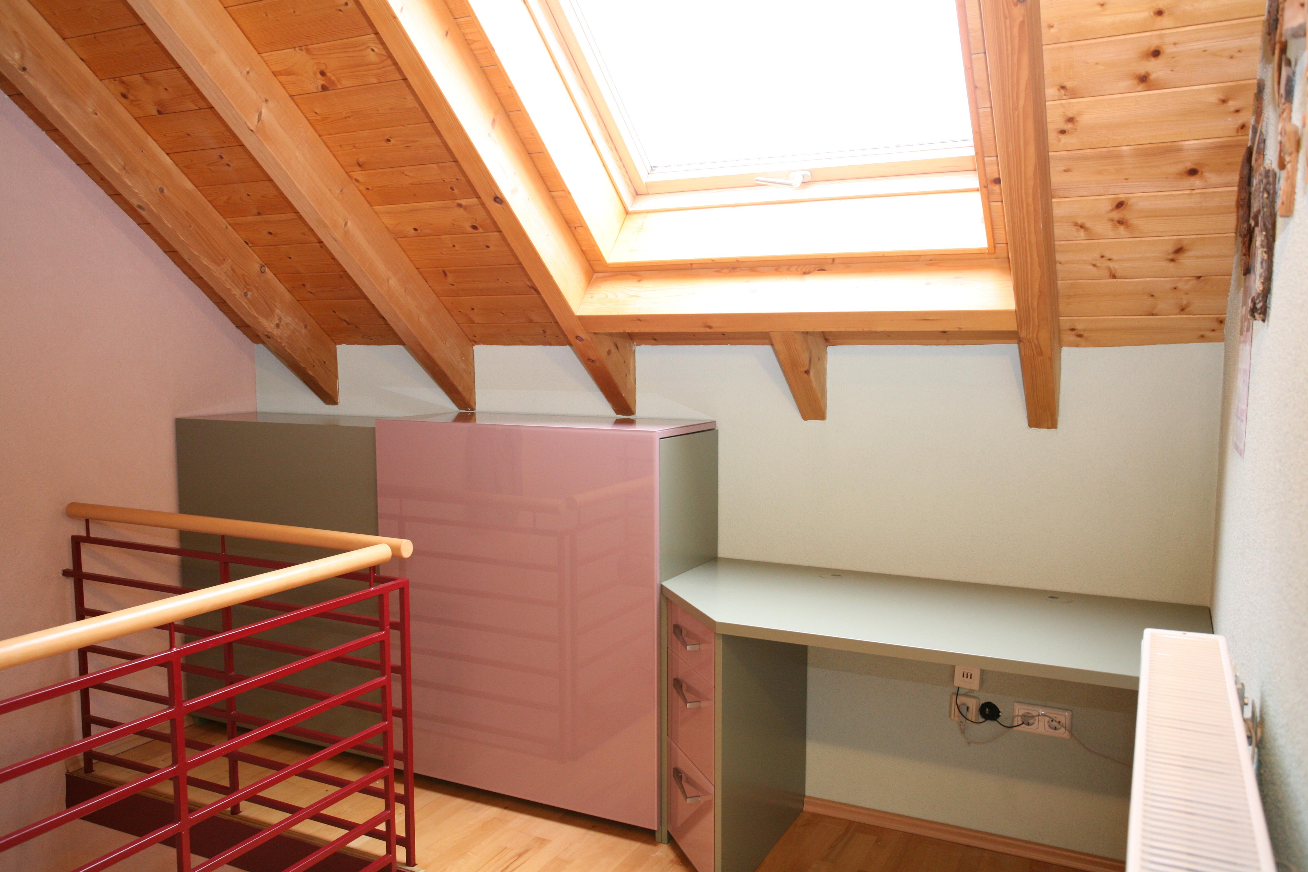 edles Büro unter der Dachschräge mit Glas und Holz farbig kombiniert