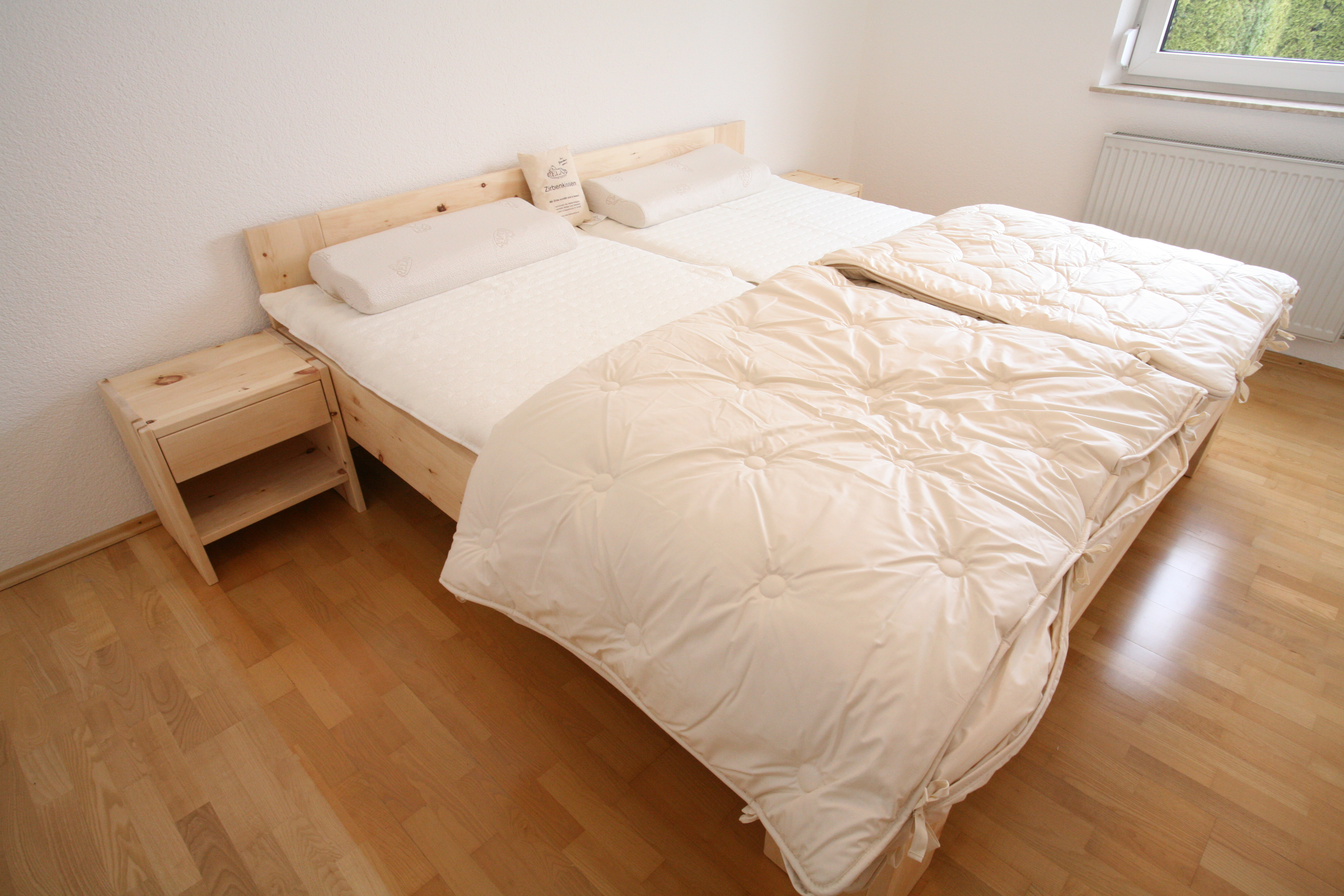 Bett und Nachtkästchen aus Zirbe