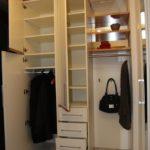 Garderobe mit verspiegelter Rückwand und Schubladen