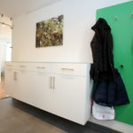 Garderoben Hängeschrank in weiß und Wandpaneel in grün