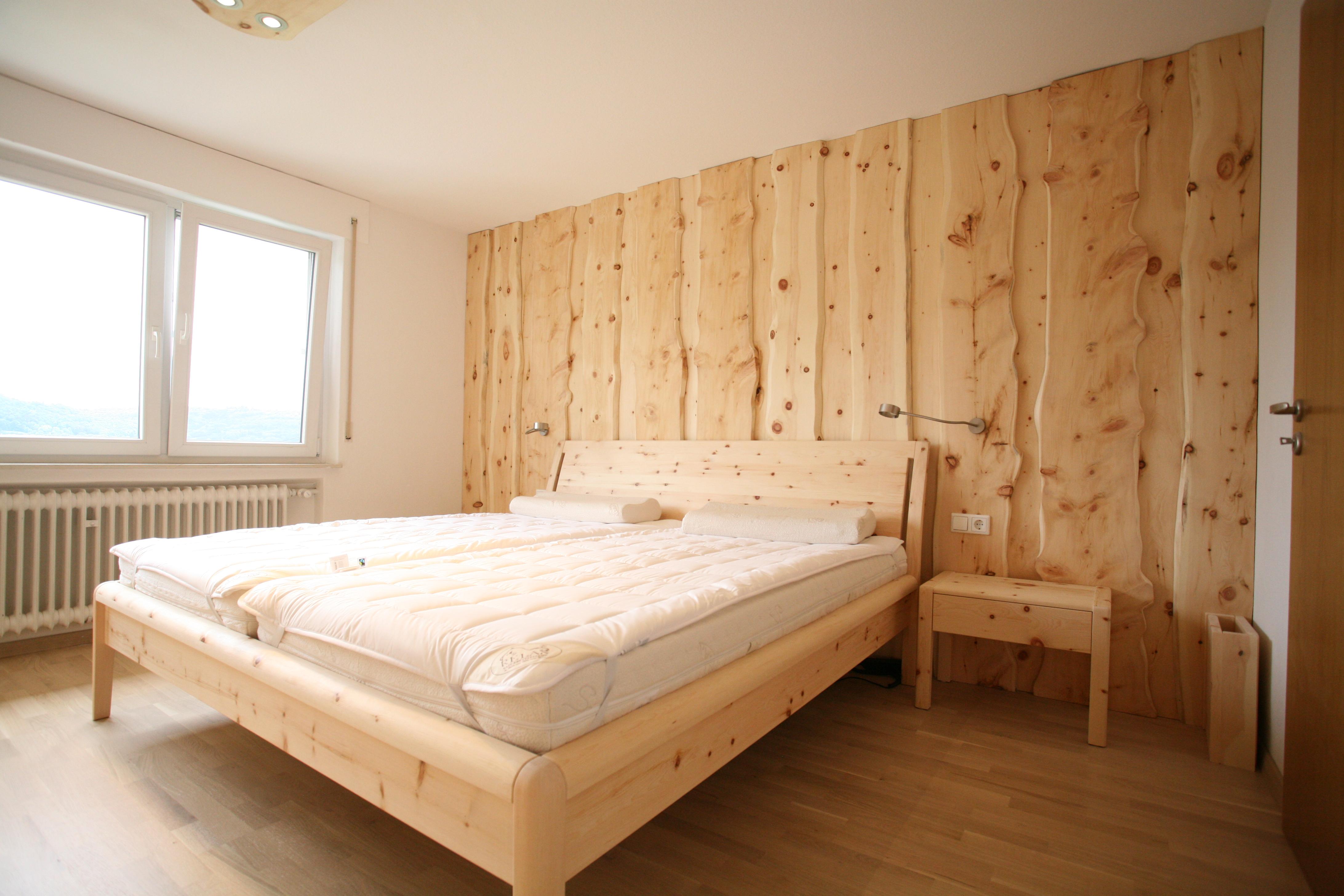 Bett, Nachtkästchen und Wandverkleidung aus Zirbenholz