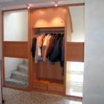 Schiebetüren vor dem Treppenhaus mit Holzrahmen und integrierter Garderobe