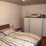 Massivholz Schlafzimmer in dunkel und weiß mit Kommode