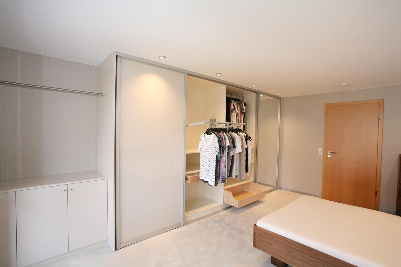 großer Schlafzimmerschrank mit Schiebetüren und Kleiderlift