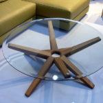 toller Tisch fürs Wohnzimmer mit Glasplatte und Designfüßen