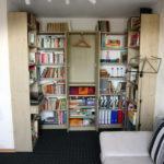 großes Bücherregal in einer Nische