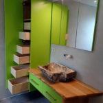 einzigartiger Badschrank in grün und Holz