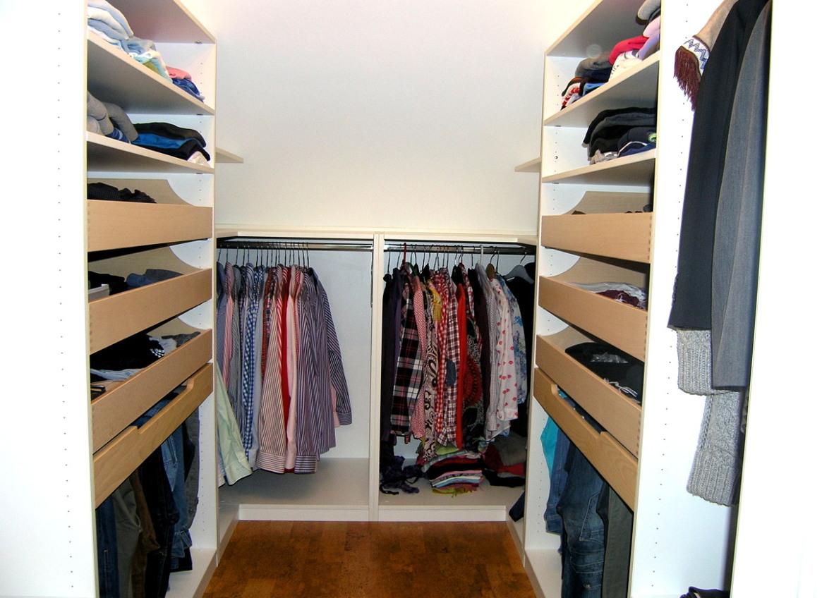 begehbarer Kleiderschrank mit viel Stauraum