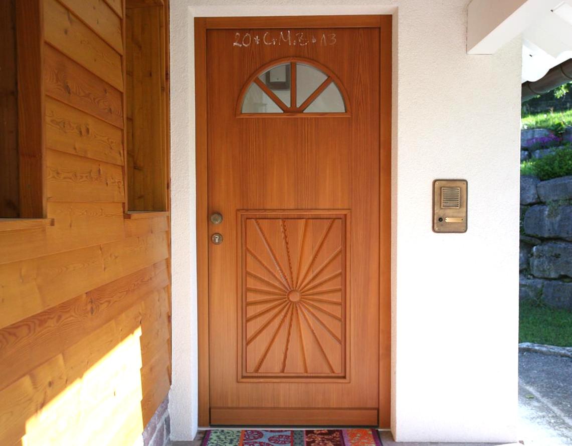 Haustüre mit schmuckem Glaseinsatz