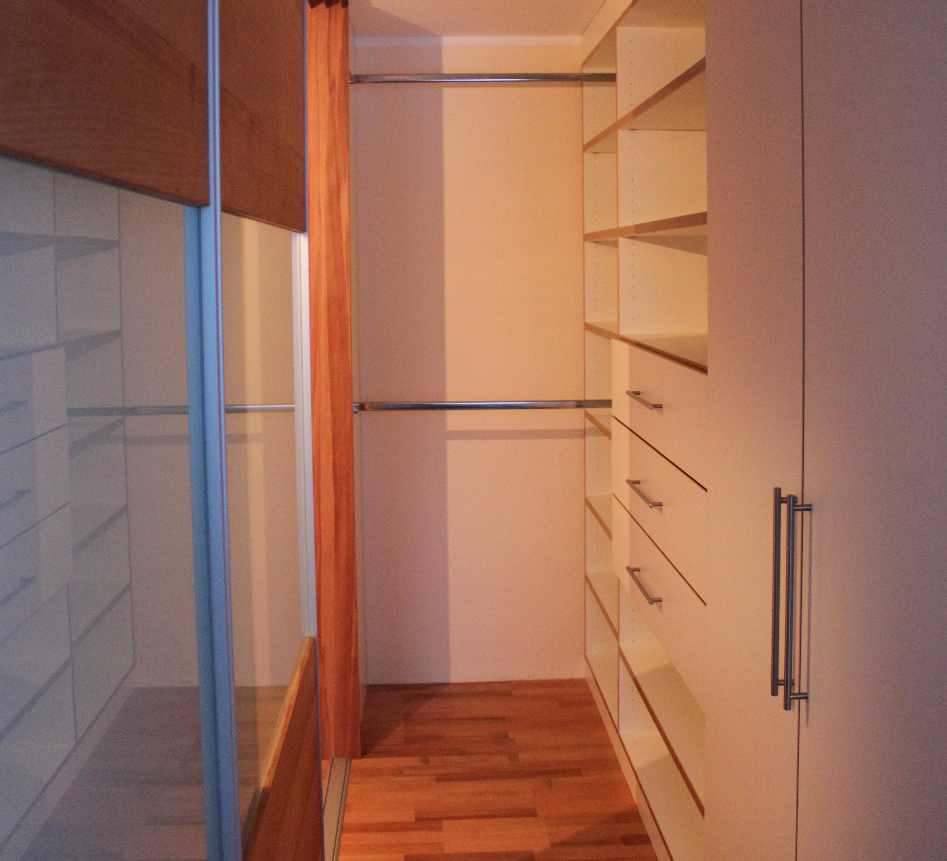begehbarer Kleiderschrank im Schlafzimmer integriert