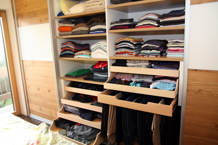 Innenausstattung eines Kleiderschrankes