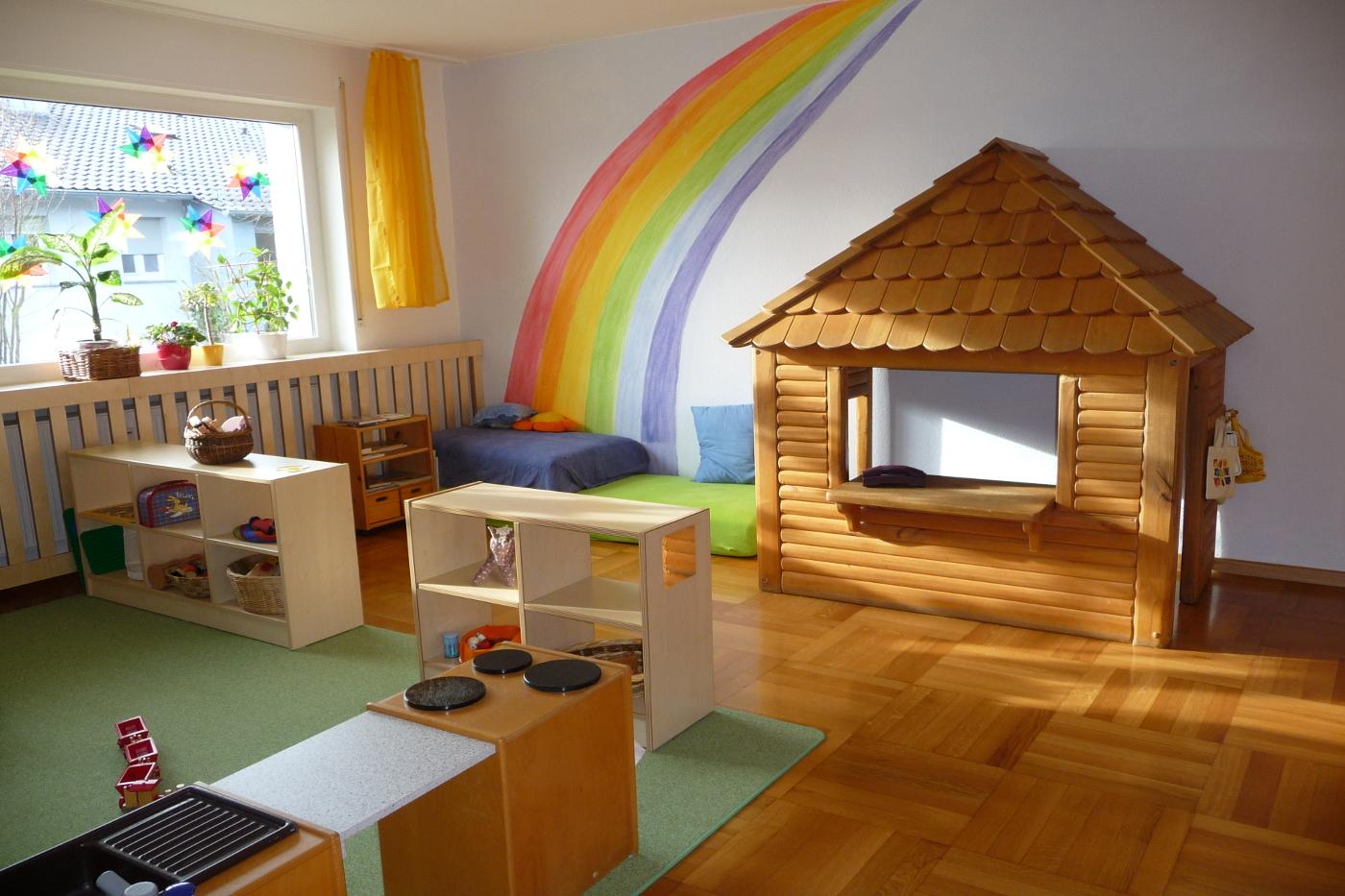 Kita Ausstattung mit Spielhaus und Regalen