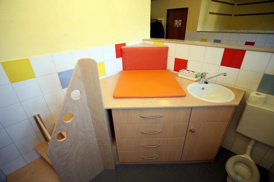 wickeltisch mit treppe und waschbecken schreinerei burkhardt. Black Bedroom Furniture Sets. Home Design Ideas