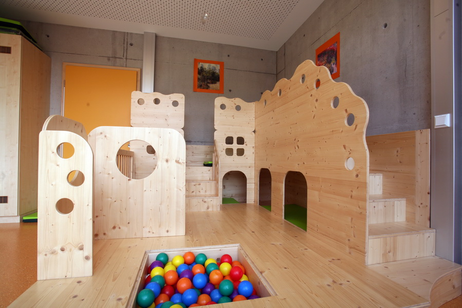 Spielburg mit Bällebad in einem Kindergarten
