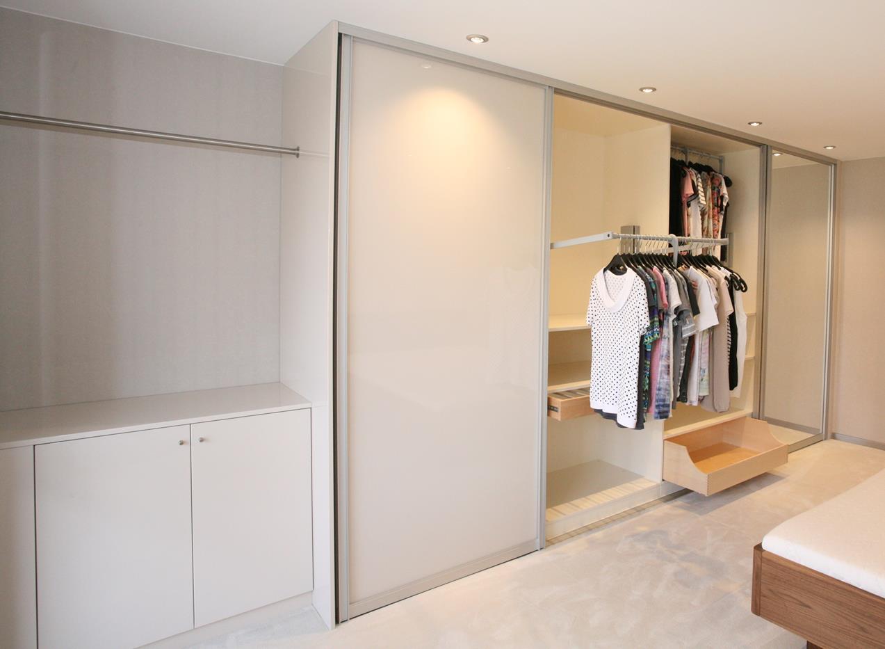 großer Schiebetürenschrank mit Spiegel und Kleiderlift