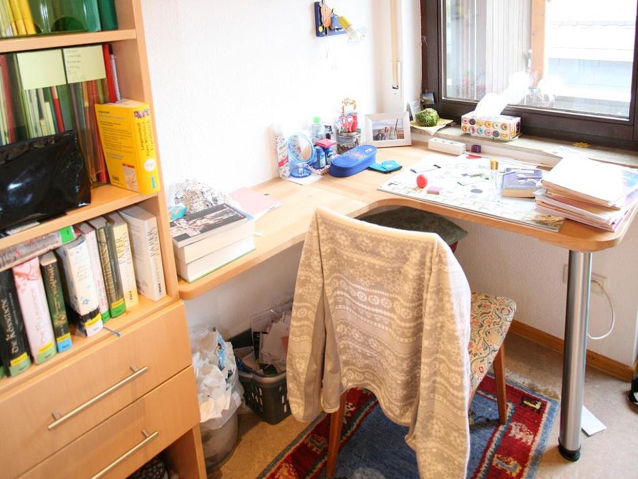 Schreibtisch über Eck in einem Jugenzimmer