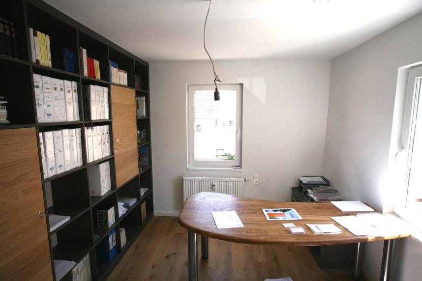 geräumiger Büroschrank mit passendem Schreibtisch