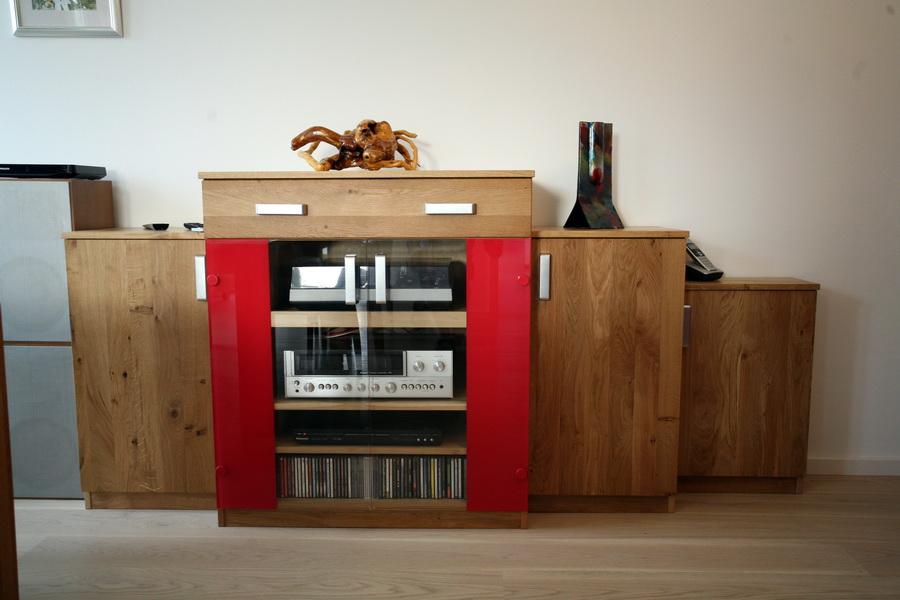 Wohnmöbel in Holz und rot