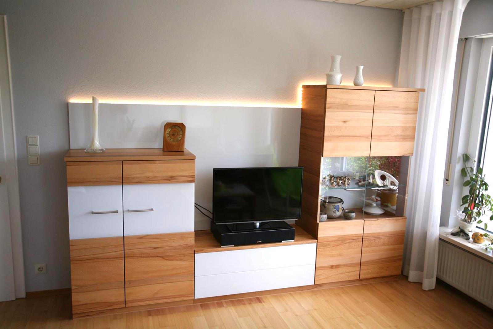 moderne Wohnwand mit Beleuchtung