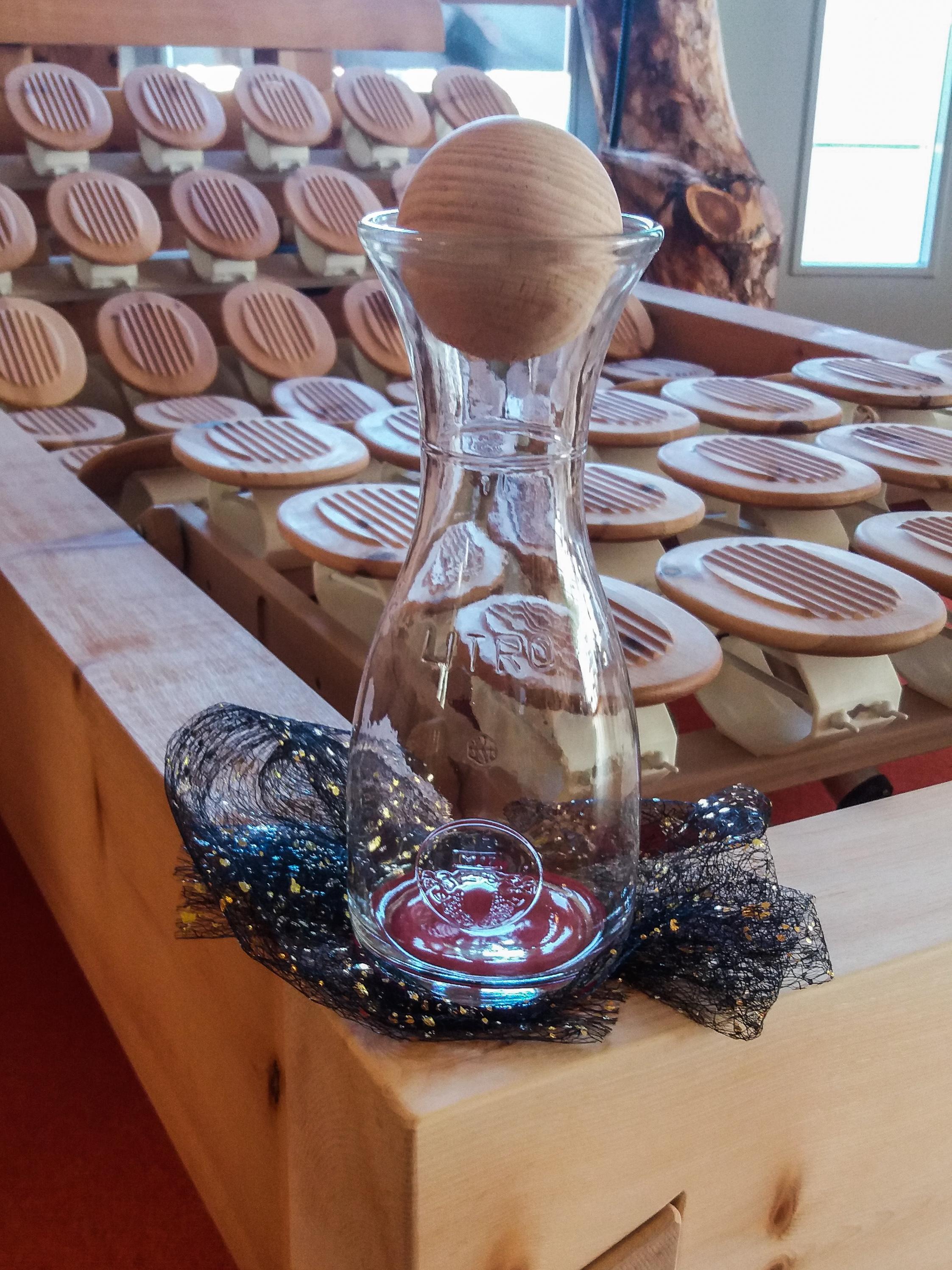Glaskaraffe mit Zirbenholzkugel