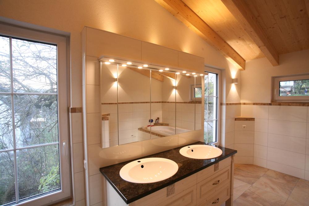 edler großer beleuchteter Spiegel im Bad